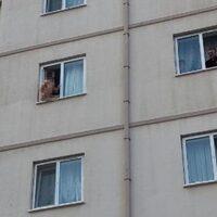 Erkek arkadaşını rehin aldı! Çırılçıplak pencereye çıktı