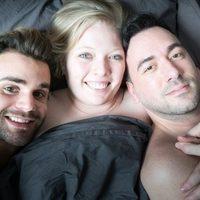 Genç kız, sevgilisi ve eşiyle beraber aynı yatağı paylaşıyor