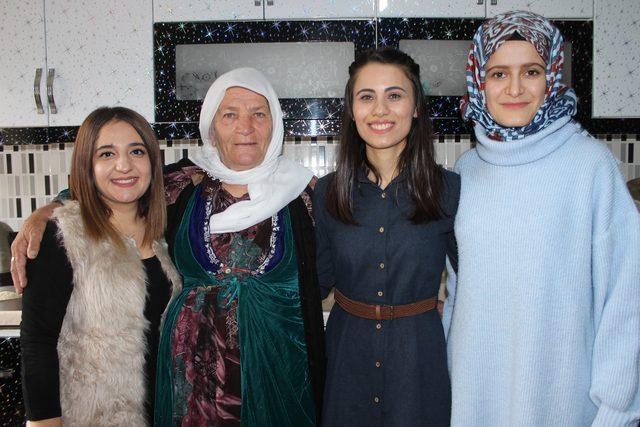 Çukurca'da kadın öğretmenler yaşlıların bakımını yapıyor