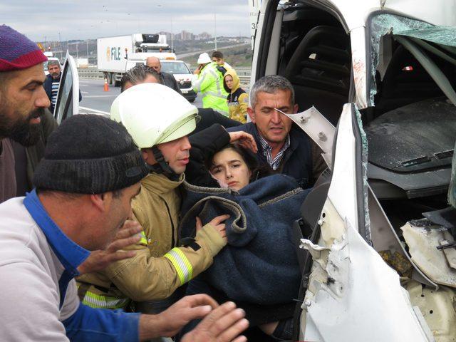 Minibüs direğe çarptı: 2 kişi araçta sıkıştı (1)