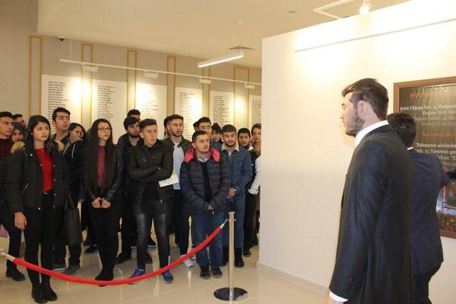 Üniversite öğrencileri 15 Temmuz Şehitler Müzesinde ders işledi