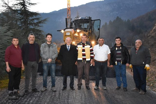 Köy yollarında sıcak asfalt çalışmaları devam ediyor
