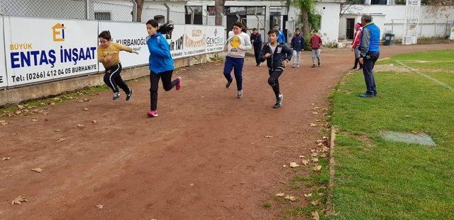 Burhaniyeli öğrenciler atletizmde iddialı oldu