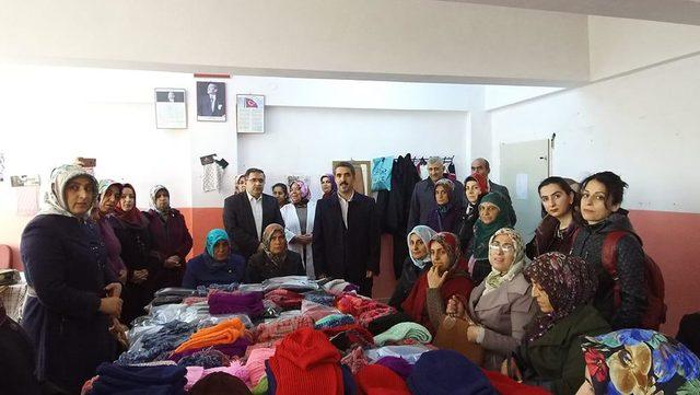 İHH üyesi kadınlar, Azez kampındaki mülteciler için atkı ve bere ördü
