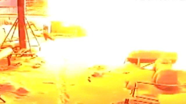 İşçilerin patlamadan saniyeler ile kurtuldukları an kamerada