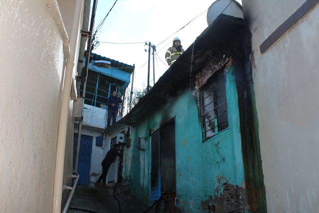 Evinde yangın çıkan yaşlı kadını, komşuları kurtardı
