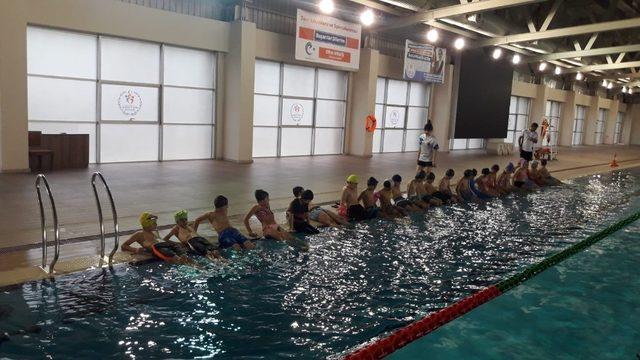 Erzurum'da ilkokul öğrencilerine ücretsiz yüzme kursu