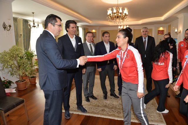 Şampiyonlardan Vali Memiş'e ziyaret