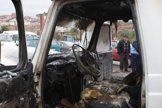 Otoparkta yanan araç kullanılmaz hale geldi