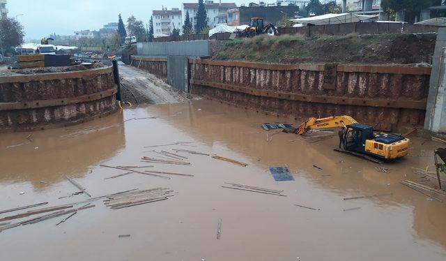 Köprülü kavşak inşaatı su altında kaldı