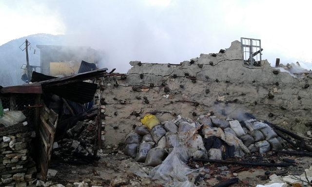 Akseki'de yanan ev çöktü, ağıldaki 20 hayvan telef oldu