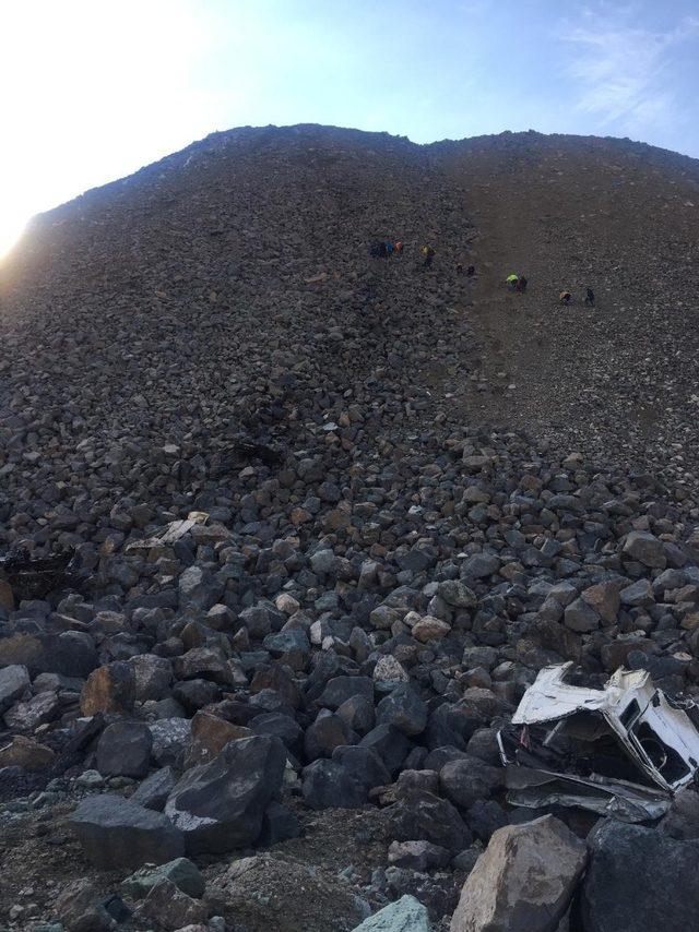 Artvin'de hafriyat kamyonu uçurumdan yuvarlandı: 1 ölü