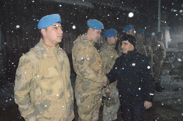 Şırnak Valisi Aktaş, yılbaşını Mehmetçik ile Namaz Dağı'da geçirdi