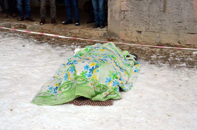 Buzlu zeminde ayağı kayıp, düştü beyin kanamasından öldü