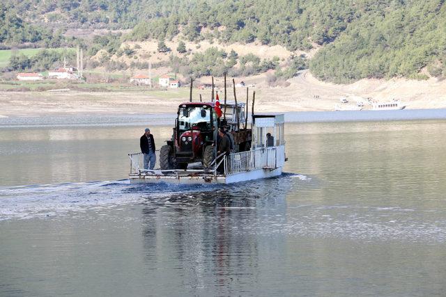 Araçlarını sala yükleyip, baraj sularını aşıyorlar