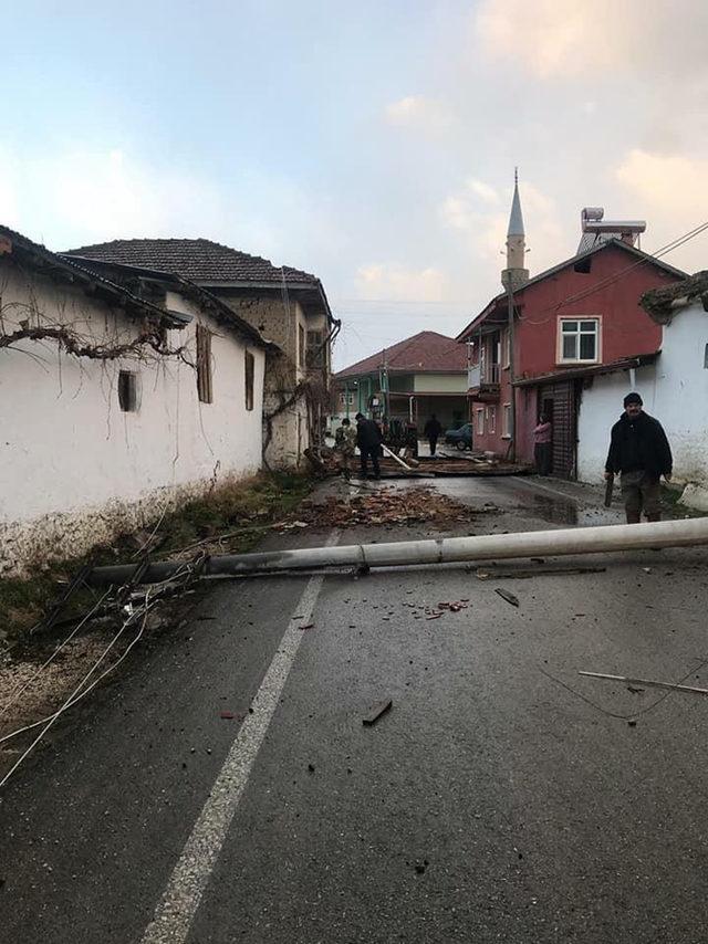 Şarkikaraağaç'ta fırtına hasara yol açtı
