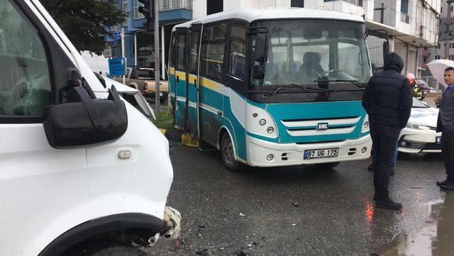 Öğrenci servisi ile minibüs çarpıştı: 5 yaralı
