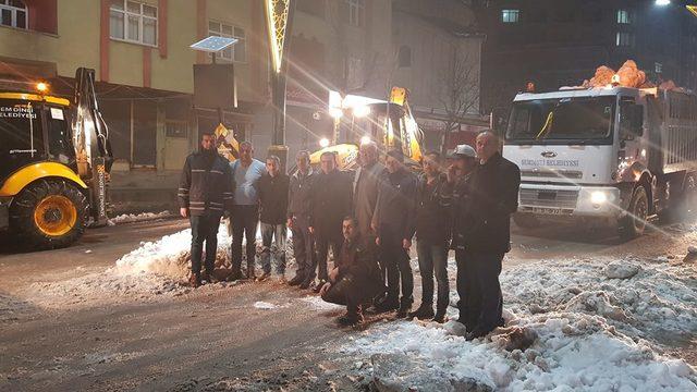 Şemdinli'de kaymakam kar temizleme çalışmalarına katıldı
