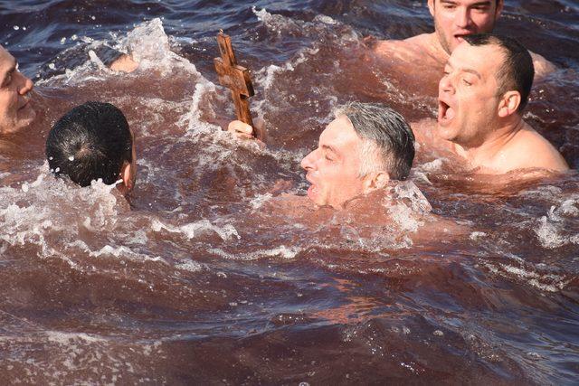 Soğuk havaya rağmen denize atılan haç için yarıştılar