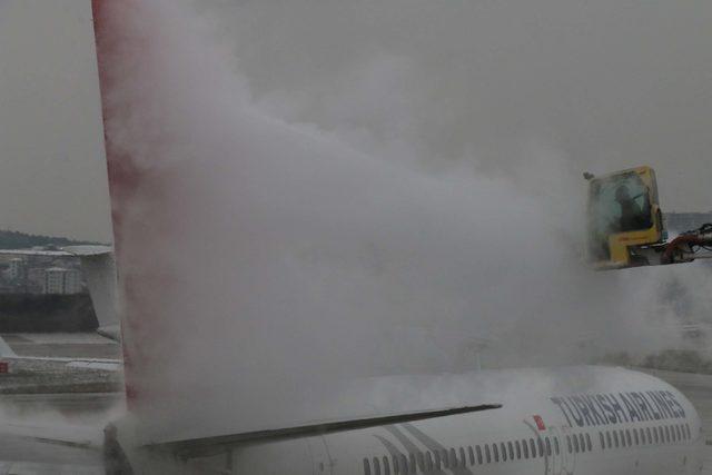 3074bdade90cc ... bilgi ve fotoğraflarla) - THY uçakları buzlanmaya karşı özel sıvı ile  yıkanıyor