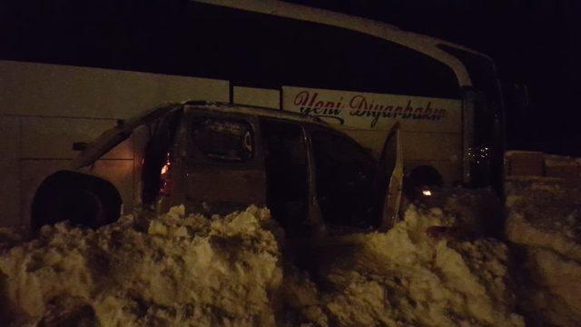 Tatvan'da yolcu otobüsü ile hafif ticari araç çarpıştı: 5 yaralı
