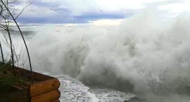 Büyükçekmece'de dev dalgalar zor anlar yaşattı