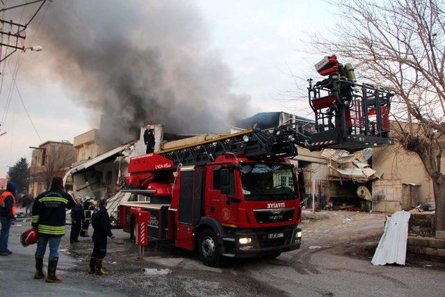 Gaziantep'te boya fabrikasında yangın (1)