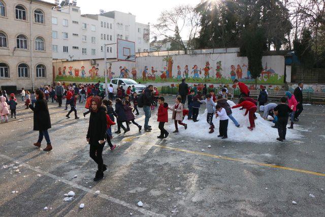 Adıyaman'da öğrenciler taşıma karla eğlendi