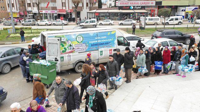 Safranbolu'da 5 plastik şişe getirene bez çanta kuyruğu