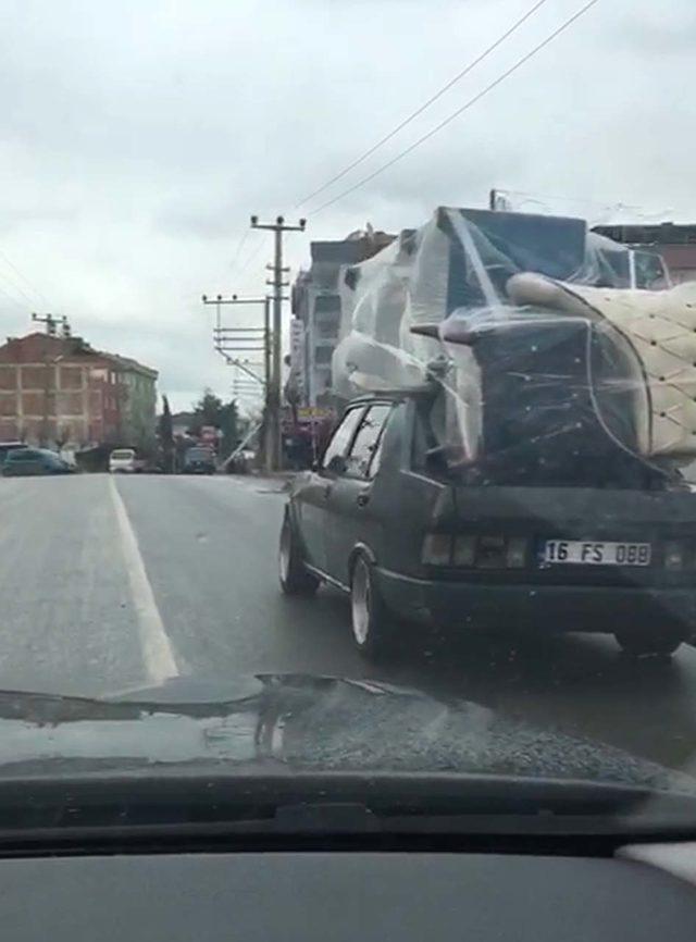 Otomobilin üzerinde koltuk takımı taşıdı