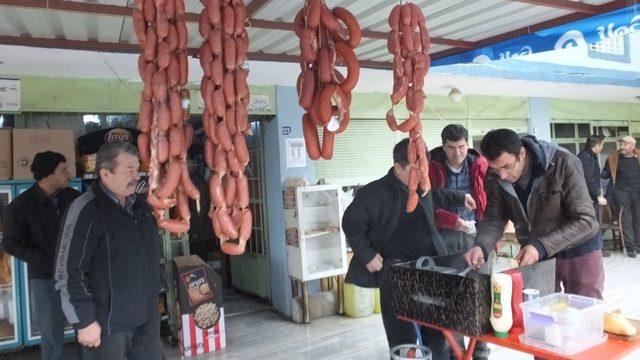 Burhaniye'de şifa kaynağı deve sucuğuna yoğun ilgi