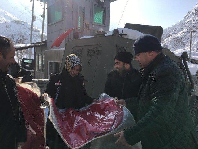 e0c7b4622e7b1 Hakkari'deki üs bölgelerde görev yapan polislere kışlık kıyafet dağıtıldı  ...