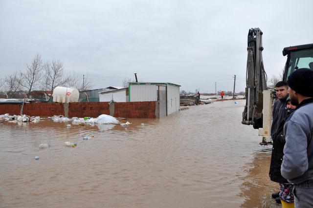 Canbolu Deresi taştı, tarım arazileri ile ev ve ahırlar sular altında kaldı