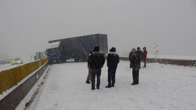 Merkez Haberleri: Bolu Dağında TIR kayarak yolu kapattı araç geçişlerine izin verilmiyor