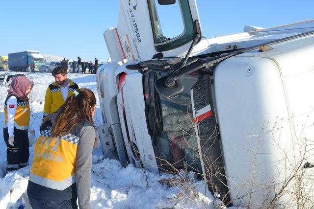 Aksaray Haberleri: Buzlanan yolda 5 araçlı zincirleme kaza: 2 yaralı 81