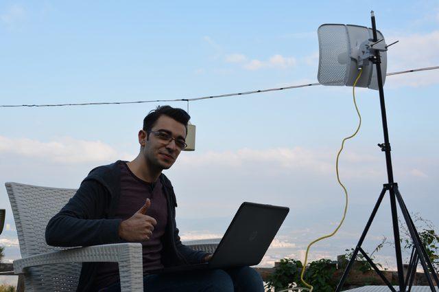 9,5 kilometre uzaktan evinin kablosuz internetine bağlandı