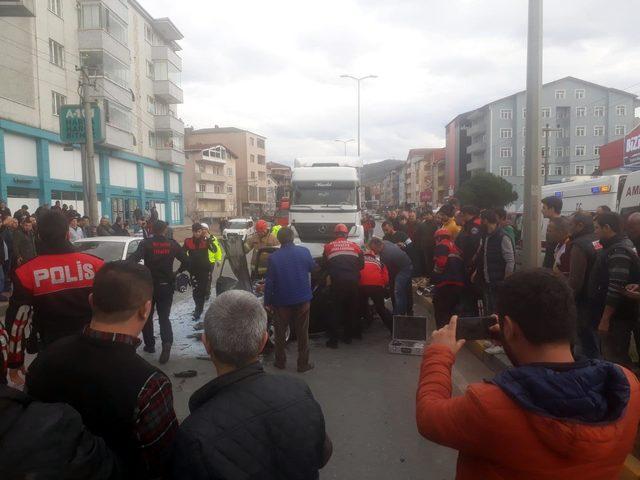 Otomobil TIR'a çarptı: Minik Efe öldü, babası yaralı