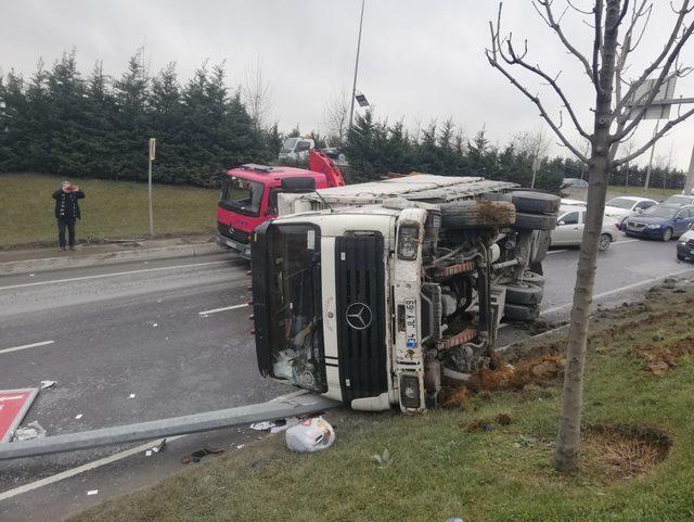 Sultangazi'de kamyon devrildi, sürücüsü yara almadan kurtuldu