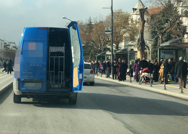 Kargo minibüsü, arka kapısı açık olarak trafikte seyretti
