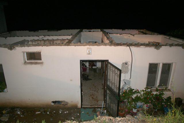 Mersin'de hortum, evlerin çatısını uçurdu, elektrik direklerini devirdi