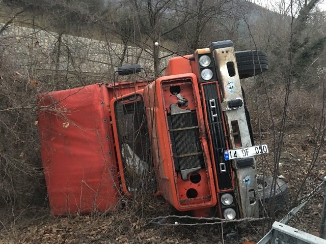 Yenice yolunda kamyon devrildi: 1 yaralı
