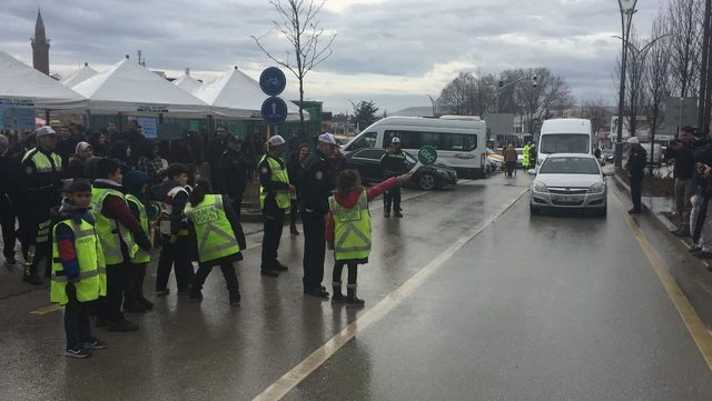 Trafikte yaya bilincinin oluşturulması projesinde yaya ve sürücüler bilgilendirildi