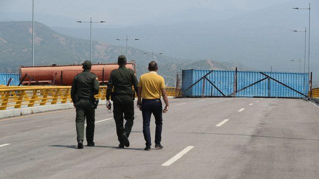 Venezuela polisi kurulan barikatların arkasında bekleyişini sürdürüyor.