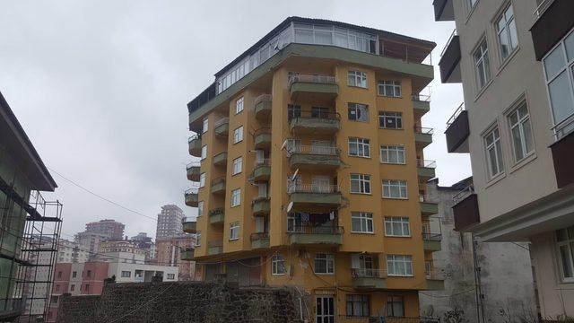 Rize'de taşıyıcı kolonlarında çatlaklar oluşan 8 katlı bina boşaltıldı