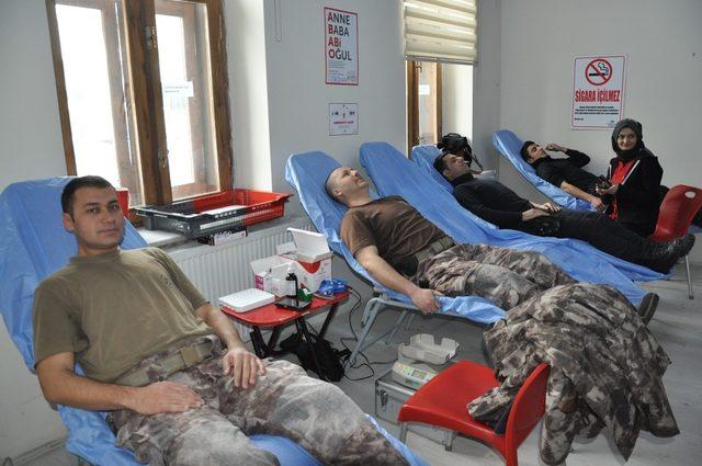 Kars'ta polis, Türk Kızılay'ına kan bağışında bulundu