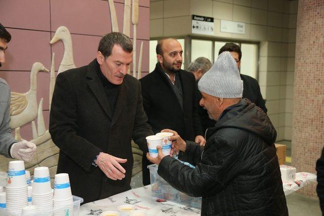 Arısoy'dan işe giden yolculara sıcak çorba ikramı