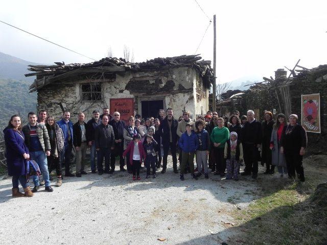 8 kişinin yaşadığı terk edilmiş Lübbey'de sergi açtı