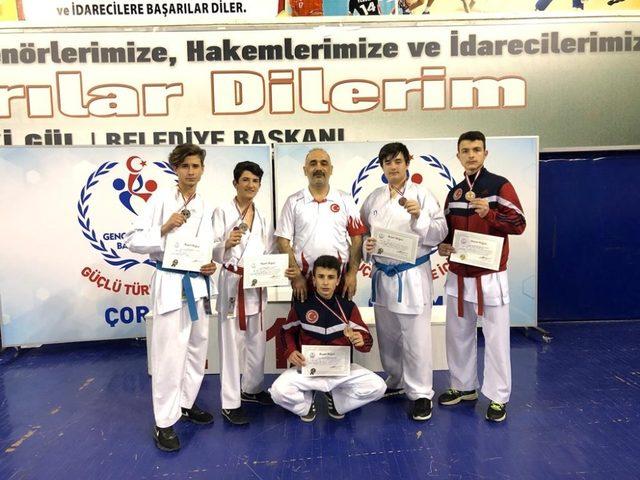 Düzceli Karatecilerimiz kürsüden inmedi