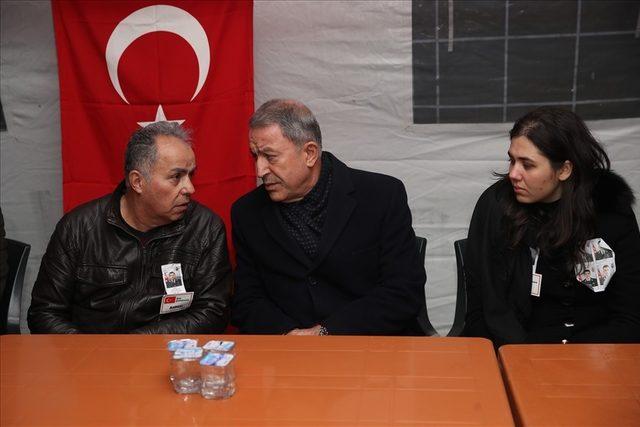 Bakan Akar'dan helikopter kazasında şehit olan Semih Özcan'ın ailesine taziye ziyareti
