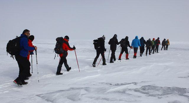 Gazeteciler Çıldır Gölü'nü yürüyerek geçti